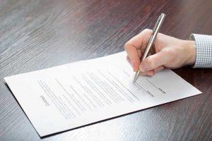חתימה על מסמך מאת עורך דין צוואה