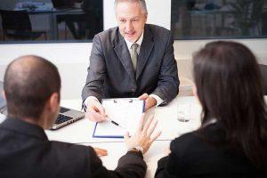 זוג יושב מול עורך די גירושין רמלה מול חוזה
