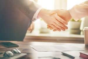 לחיצת יד בעזרת עורכי דין ראשון לציון