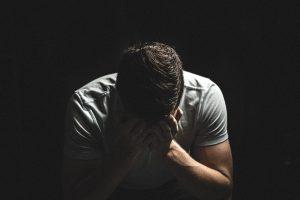 גבר יושב עצוב ומתוסכל עם עורך דין לגירושין בחולון