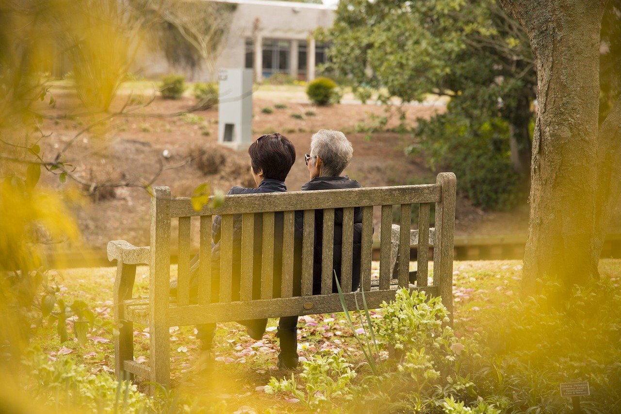 זוג מבוגר על ספסל דיני צוואה